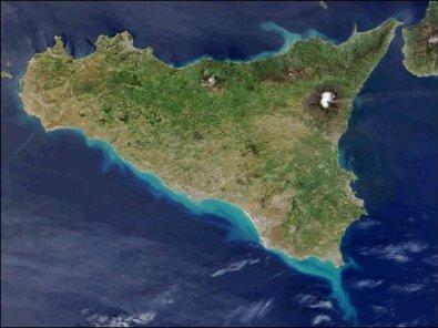 Quelle: [url=http://www.reisemagazin24.net/reisemagazin/sizilien.php]http://www.reisemagazin24.net/reisemagazin/sizilien.php[/url] (Stand: 5.10.2016) Die Insel Sizilien ist mit rund 26.000 qkm die größte Insel des Mittelmeers. Besonders bekannt ist diese Insel durch den höchsten und aktivsten Vulkan Europas, den Ätna. Wo würde der Ätna liegen, wenn wir annehmen, dass der Abstand zu jeder Seite der Insel gleich ist?