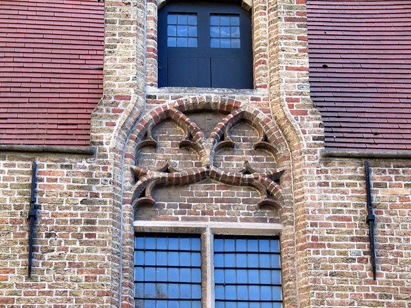 In het boogveld boven de ramen van het Sint Janshospitaal wordt hetzelfde Reuleaux motief gebruikt.