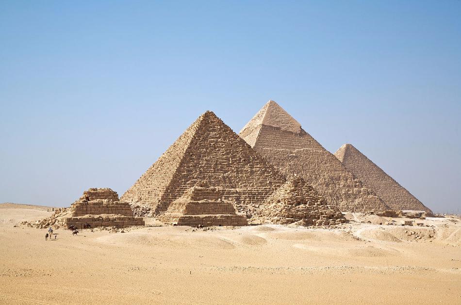 De meest beroemde voorbeelden van dergelijke lichamen zijn de imponerende piramides van Gizeh in Egypte. Maar door hun vierkant grondvlak doen ze het qua symmetrie net iets minder dan een viervlak. Tenzij... je denkt dat de piramides voor de helft in het zand zitten.