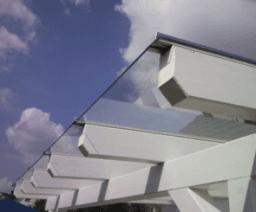 Glasüberdachung einer Schule