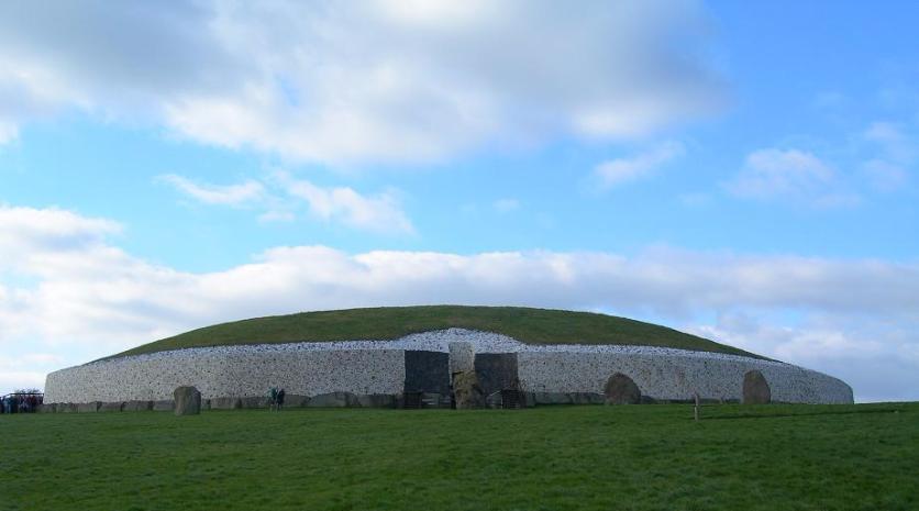 In het Ierse Newgrange vind je een 5000 jaar oude neolitische begraafplaats: een grafheuvel van 80 m hoog. Hij is 600 jaar ouder dan de piramides van Gizeh en 900 jaar ouder dan Stonehenge.