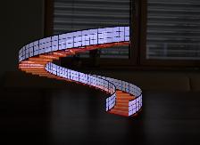 [size=100]Die Wendeltreppe (Spiral staircase)ist auf einem Tisch platziert.[/size]