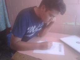 Alumno resolviendo la encuesta