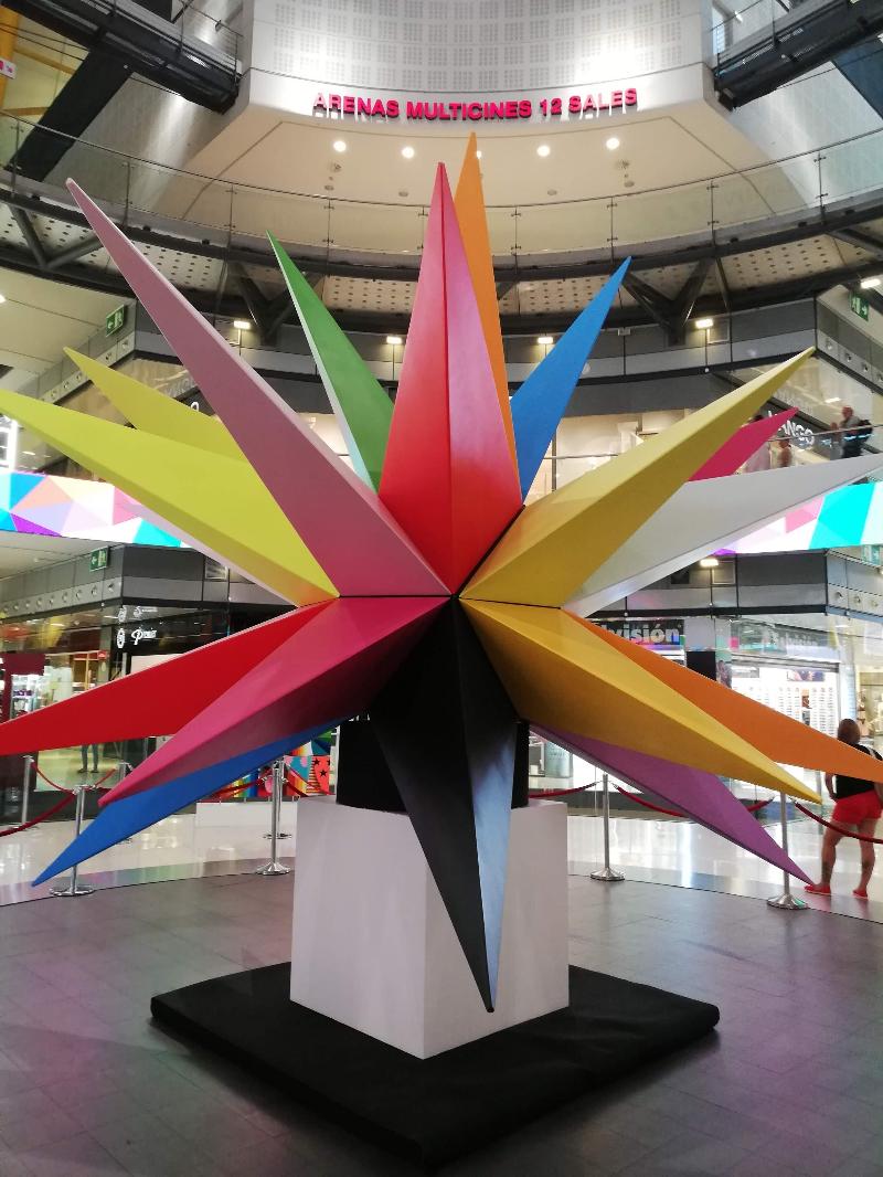 Una obra d'art exposada al Centre Comercial Les Arenas de Barcelona.