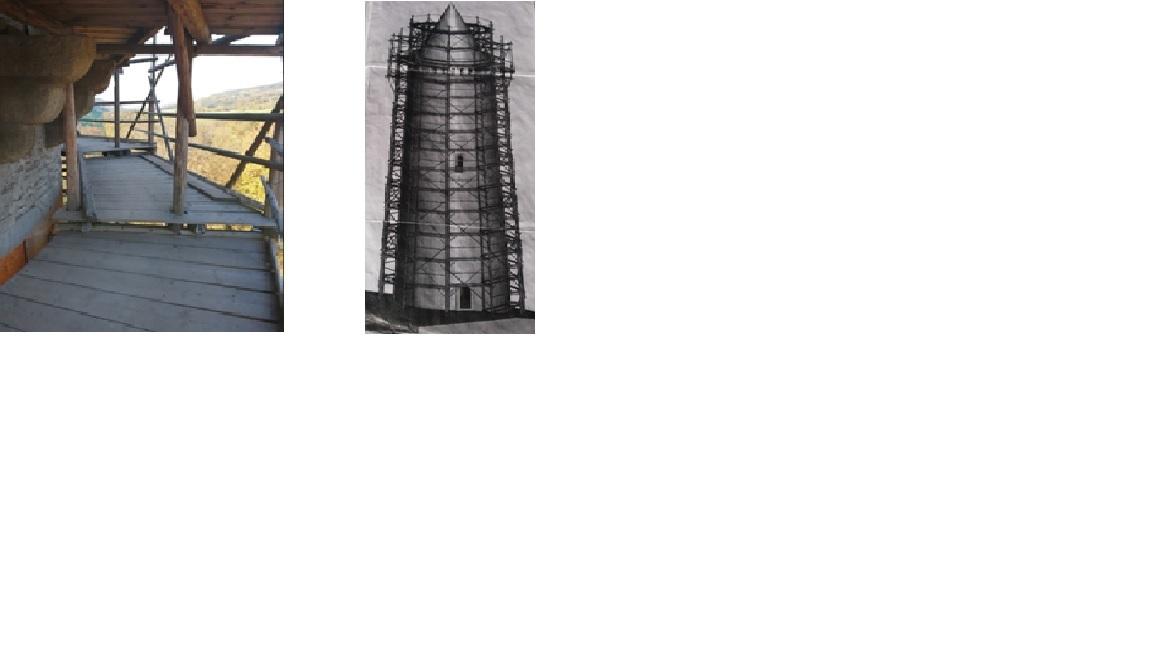 Schůdky mezi segmenty lešení a nákres dřevěného lešení věže