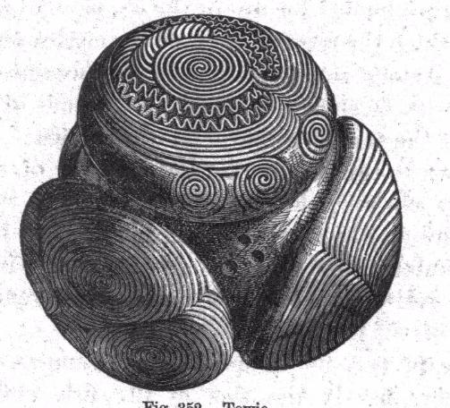 Heel opmerkelijk is ook een soortgelijke bol, gevonden in het Schotse Towie en nu bewaard in Edingburgh. Het heeft geen zes, maar vier uitstekels, die alle versierd zijn met complexe patronen van spiralen en cirkels