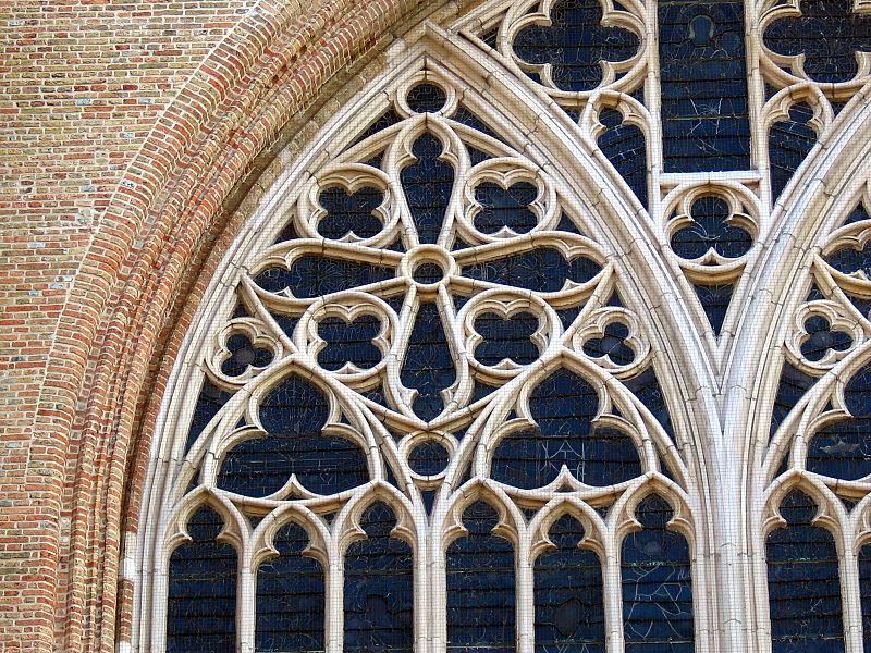 In het maaswerk van dit spitsboogvormig venster van de O.l.Vrouwekerk herken je dezelfde drieledige versiering binnen een Reuleaux driehoek.